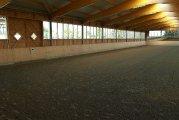 die große Halle wartet auf Reiter und Pferd